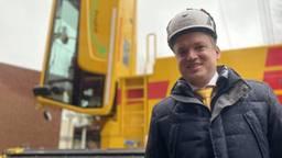 Directeur Koos Spierings is trots op zijn hijskraan (foto: Jan Peels)