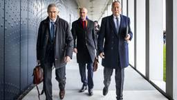 Anton Kotte (L) loopt samen met Piet Ploeg (R) naar het zwaarbeveiligde Justitieel Complex Schiphol, waar het internationale MH17-proces plaatsvindt (foto: ANP/Remko de Waal)