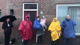 Optocht kijken in de regen (Foto: René van Hoof)