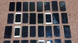 De man had meer dan dertig telefoons bij zich. (Foto: Facebook politie gemeente Gilze en Rijen)