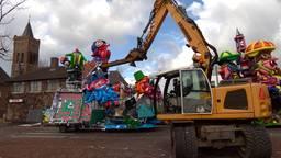Er wordt zwaar materiaal ingezet om de carnavalswagens in Schaijk te slopen