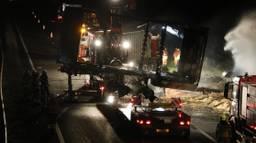 De uitgebrande vrachtwagencombinatie wordt geborgen (foto: sk-media).