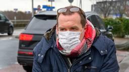 Een reiziger uit Peking draagt een mondkapje in verband met het coronavirus (foto: ANP 2020/Evert Elzinga)