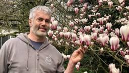 Peter Blommerde bij een magnolia. (Foto: Erik Peeters)