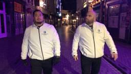 Bram Oei en Remco Theulen patrouilleren door de Bredase binnenstad.