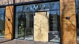 De pui van de winkel in Oisterwijk is geramd (foto: Toby de Kort).