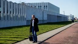 Advocaat Pijnenburg komt aan bij de rechtbank, dit keer zonder pers en publiek (Foto: ANP/Robin van Lonkhuijsen).