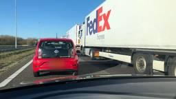 Ook het verkeer op de A58 vanaf Ulvenhout staat vast door de grenscontrole bij Hazeldonk. (Foto: Omroep Brabant)