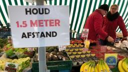 Op de markt wordt flink gewaarschuwd om afstand te bewaren.