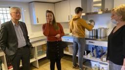 Burgemeester Weterings in de keuken bij ONS Soepje (foto: Jan Peels).