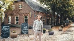 Jelle Walinga voor zijn restaurant in Waalre (foto: De Oude Toren).