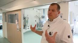 Hans Kuijsten staat aan het roer van de vier intensive care-units van het ETZ. (Foto: Omroep Brabant)