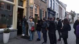 Lange rijen voor de coffeeshop (Foto: Malini Witlox).