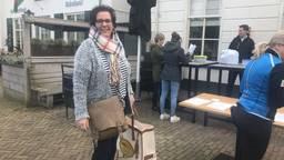 Marcia Markus (links) komt boodschappen doen bij Wout Huijben (tweede van rechts, foto: Tonnie Vossen).