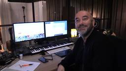 Componist van de Efteling Rene Merkelbach probeert in zijn studio muzikanten in nood te helpen. (foto: Tom van den Oetelaar)