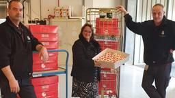 Vijftienhonderd cupcakes worden afgeleverd bij het ziekenhuis (foto: Eric van Woensel)