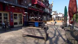 Het Piusplein in Tilburg is wel leeg.