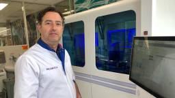Arts-microbioloog Bram Diederen bij de nieuwe coronatestmachine. (Foto: Erik Peeters)