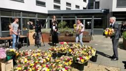 Ali B. en burgemeester Weterings brengen bloemen bij Tilburgse bejaarden. (foto: Raoul Cartens)