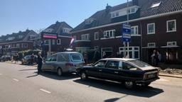 De rouwstoet stopt in de Julianalaan waar Jan Peters woonde. (foto: Raoul Cartens)
