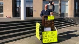 Marinus Scheepers houdt een ludiek protest voor het stadskantoor. (foto: Erik Peeters)
