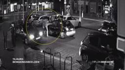 Wie herkent de twee schoppende mannen? (foto: Politie)