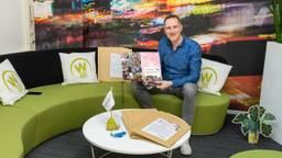 Maarten Weemen met de eerste placemats (foto: Patrick Bongartz Fotografie)