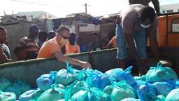 Lars de Bie deelt voedselpakketten uit aan de bewoners van Boa Vista (Foto: via Lars de Bie)