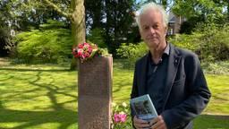 Journalist Lout Donders voor het monument van de broertjes Lex en Edo Hornemann (foto: Birgit Verhoeven).
