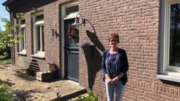 Karin van der Zwaan voor haar huis in Helenaveen (Foto: René van Hoof)
