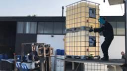 Vele liters aan chemicaliën haalden specialisten uit het lab (foto: Willem-Jan Joachems)