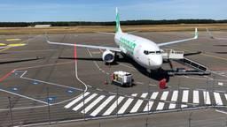 Transavia-toestel staat klaar bij Eindhoven Airport (foto: Hans Janssen).