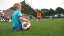 De 4-jarigen krijgen weer training bij vv Boekel Sport (foto: Dennis Stafleu)