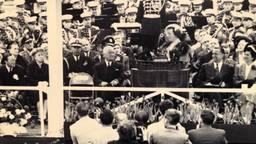 Koningin Juliana met president Truman op het podium (Foto: Museum Klok en Peel)