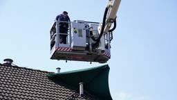 De parasol zat vast aan de schoorsteen (foto: Jeroen Stuve/ SQ Vision).