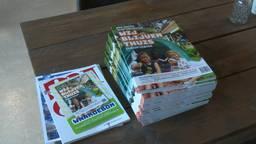 Een stapel met Oosterhoutse doe-boeken voor vakantietips in en rond het huis. (foto: Raoul Cartens)