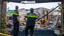 Agenten kijken naar het afgebrande megalab aan de Mariabaan (foto: Christian Traets/SQ Vision Mediaprodukties)