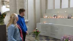 Luuk en Angela Peters bij de gedenkhoek in de Grote Kerk in Breda. (foto: Raoul Cartens)