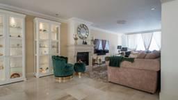 Het huis is 'goed onderhouden, strak en sfeervol afgewerkt en comfortabel ingericht'. Foto: Funda.