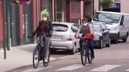 In Baarle-Hertog dragen mensen een mondkapje.