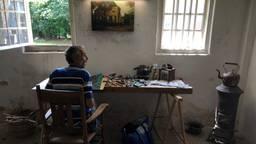 De Franse kunstenaar NOWART in het atelier van Van Gogh (foto: Alice van der Plas)