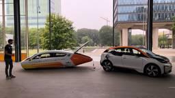 Zonne-auto Stella Era laadt een electrische auto op (Foto: Alice van der Plas)