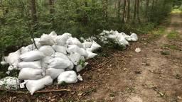 Midden in het bos werden zakken met teelaarde gevonden (Foto: Erik de Jonge).