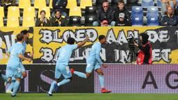 Eindhovenaren vieren hun doelpunt (foto: OrangePictures).