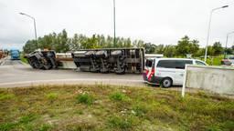 Op de N279 bij Beek en Donk is donderdagmiddag een vrachtwagen gekanteld (foto: Dave Hendriks/ SQ Vision Mediaprodukties).