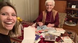 Yara en oma Tiny weer samen aan tafel. (foto: Yara Peters).