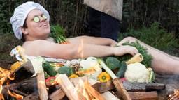 Initiatiefnemer Pieter gaat in de groenteschotel op de voorpagina van De Horecakalender (foto: De Horecakalender).
