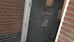 De voordeur van het huis van de burgemeester werd opgeblazen (foto: politie).