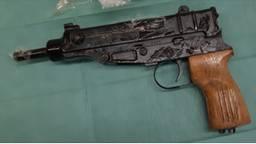 Een van de vuurwapens die in beslag werd genomen (foto: politie)