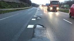 De schade aan het asfalt wordt hersteld (foto: Rijkswaterstaat).